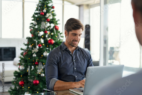 Autocollant pour porte Pain Businessman working during christmas time