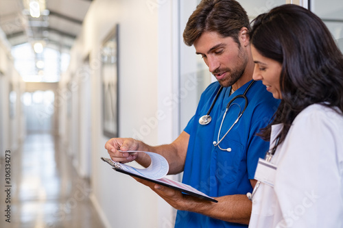 Carta da parati Doctor and nurse discussing medical report at clinic