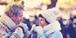 canvas print picture - Senioren trinken heißen Glühwein auf dem Weihnachtsmarkt