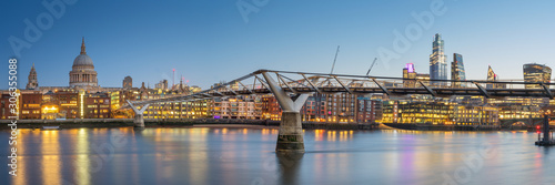 Cuadros en Lienzo  Panoramic View of the Millenium bridge and St Paul cathedral in London