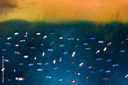 Fotografia Aerial view of the many anchored boats off the coast