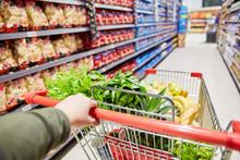 Kunde Schiebt Einkaufswagen Mit Lebensmitteln