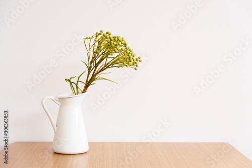 テーブルの上にある花瓶に入ったインテリアグリーン Wallpaper Mural