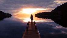Einsame Frau Am Bootssteg Zum Sonnenaufgang, Ins Licht Gehen