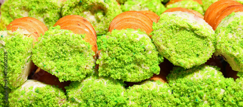 Photo many pastries with pistachios for sale at pastry shop