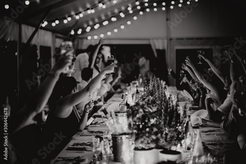 Canvastavla Lever son verre aux mariés
