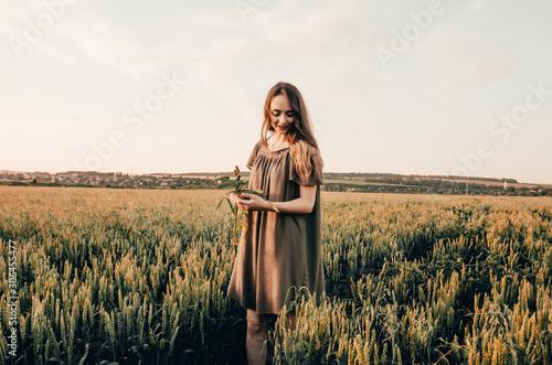 Photo woman in wheat field