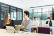 オフィスで働く4人の男性と女性(人種の違う人々)