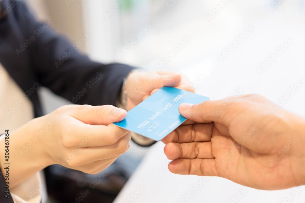Fototapeta クレジットカードを店員に手渡す女性・パーツカット(決済・支払い・キャッシュレス)