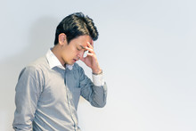 体調不良の男性(頭痛...