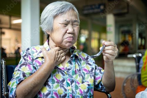 Photo Asian senior woman suffers from choke,clogged up food,elderly people choking dur