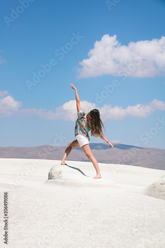 Fotomural young woman back in dance position   on tufa  white rock