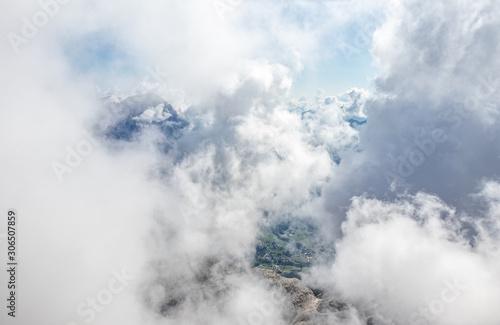 Chmury - widok z alpejskiego szczytu. Przebywać w chmurach.  Szczyt góry spowity chmurami.