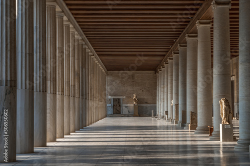 Photo Passage with marble Ionic columns inside stoa of Attalos, ancient agora of Athen