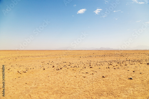 Foto Desert on a background of mountains