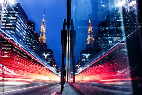 Cuadros en Lienzo Reflexo de movimento do trânsito em grande avenida - Avenida Paulista, São Paulo