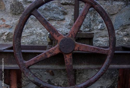 Fotografía  rueda de engranajes oxidados de compuertas de agua en un rio