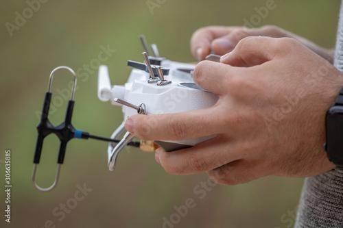 Fotografie, Tablou  manos manejando emisora de control remoto