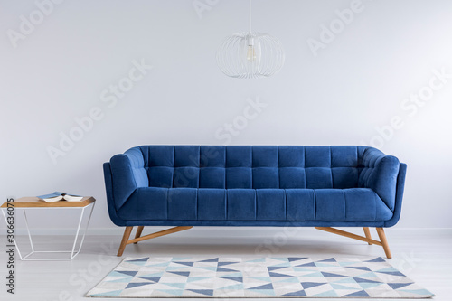 Photo 青いソファーと白い壁のインテリア
