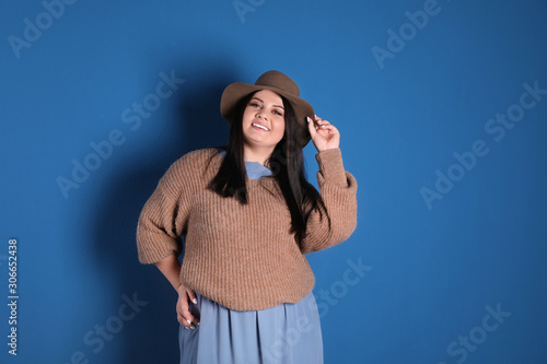 Photo Beautiful overweight woman posing on blue background