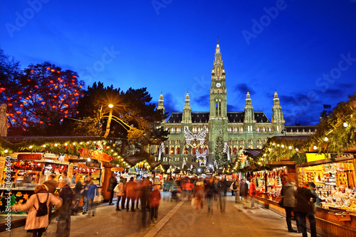 Photo The Christmas market in front of the Rathaus (City hall) of Vienna, Austria