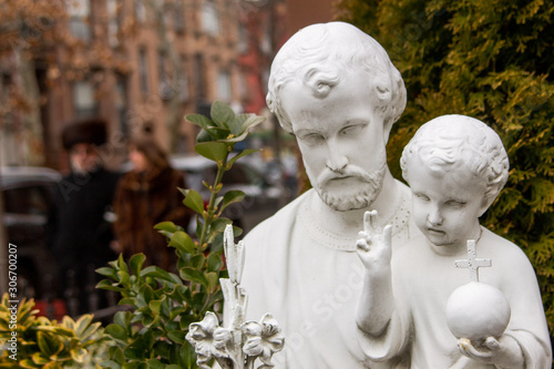 Fotografía A St Joseph with Jesus child statue in a Jewish neighborhood at Brooklyn, New Yo