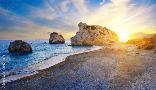 Photo Aphrodite's beach and stone at sunset in bright sunshine