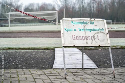 Verbotsschild mit der Aufschrift Rasenplatz für Spiel- und Trainingsbetrieb ges Fototapete