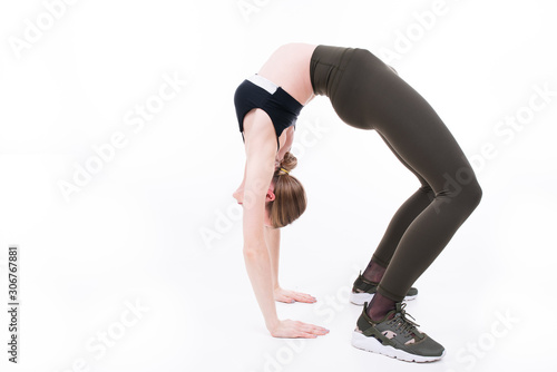 Photo Young beautiful girl goes in for sports on white background