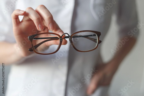 Fotomural  Ophthalmologist make you try new glasses