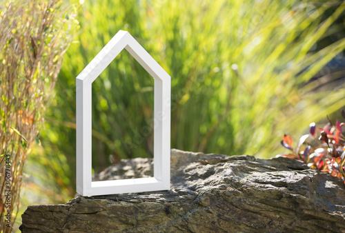 Stilisiertes, weißes Haus vor natürlichen Hintergrund Canvas Print