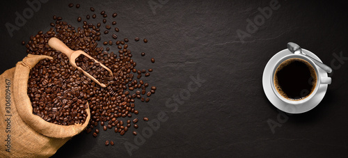 Foto op Aluminium Cafe Coffee beans in burlap sack and cup of coffee on black background