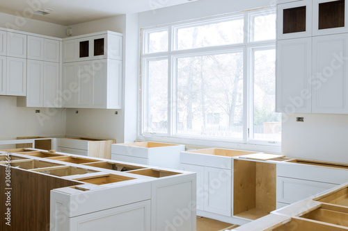 Fotografía Wooden cabinets installation of in the white of installation base cabinets modul