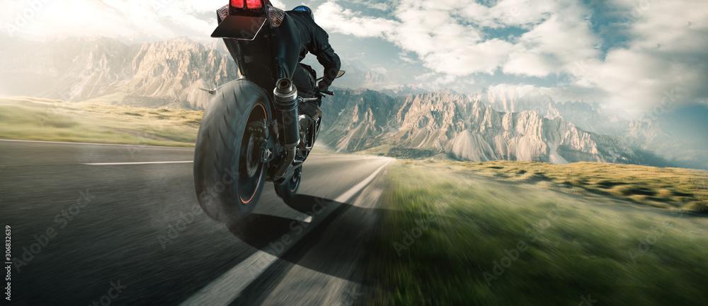 Fototapeta Motorrad Fahrer auf einer Landstraße in den Bergen