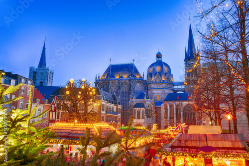 Weihnachtsmarkt an einer Kirche in Aachen Canvas Print