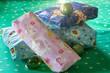 Bunte Weihnachtsgeschenke mit Dekokugel