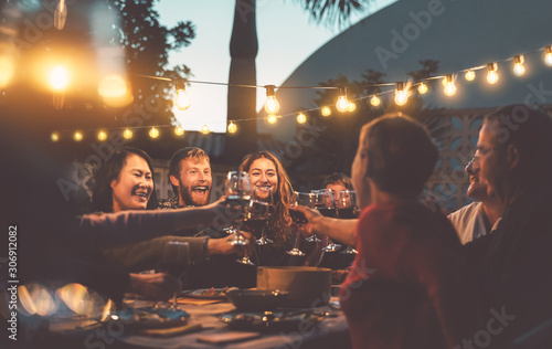 Foto Happy family dining and tasting red wine glasses in barbecue dinner party - Peop