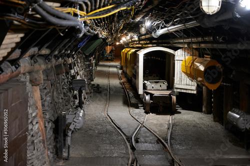 Fotografie, Obraz Situation eines Bahnhofs in einem alten Steinkohlebergwerk
