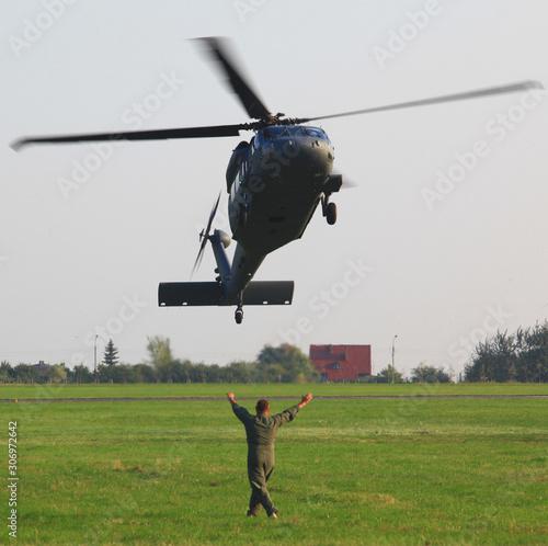 Valokuva śmigłowiec lądujący na lotnisku