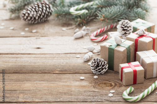 Cadres-photo bureau Pays d Asie Christmas green branch and gifts on wooden background