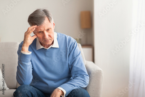Fotografia Elderly Man Thinking About Loneliness Sitting On Couch At Home