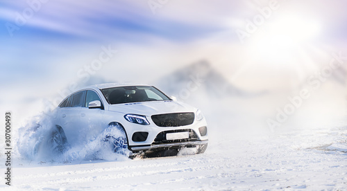 Car drifting on snow in winter mountains Fototapete