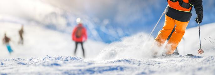 Zimske skijaške sportske aktivnosti u sunčanom danu. Panorama ili natpis detalja skijaša. Kopirajte koncept prostora.