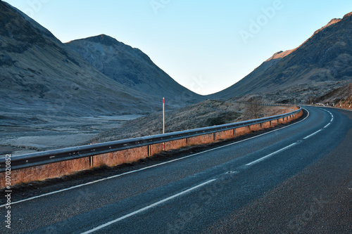 Cuadros en Lienzo The A82 road as it winds through Glencoe in the Scottish Highlands