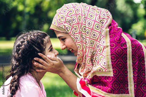 Foto Portrait of happy lovely family arabic muslim mother and little muslim girls chi