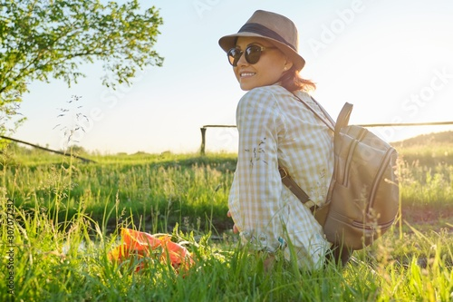 Papel de parede  Portrait of middle-aged woman relaxing in nature, rustic style