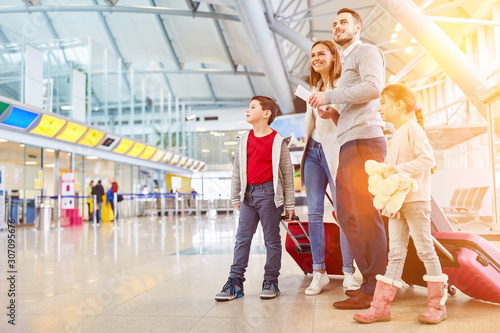 Obraz Family on vacation at the airport or train station - fototapety do salonu