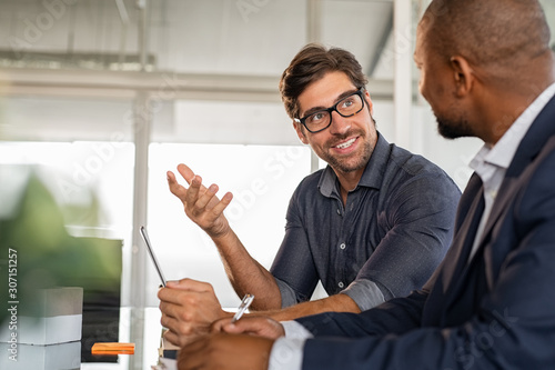 Businessman discussing project with colleague Fotobehang