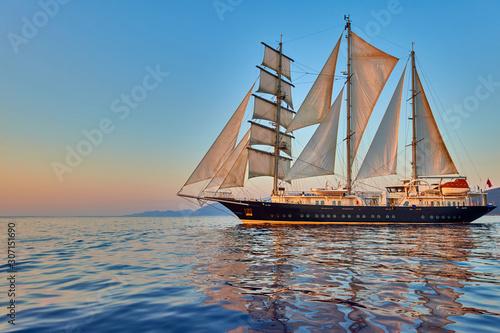Fotografia Luxury sailing yacht under sail with sunshine