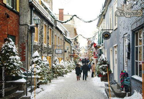 Naklejka premium Quebec, Kanada - 21 grudnia 2016: Rue du Petit-Champlain na 21 grudnia 2016 w Quebec City, Quebec, Kanada. Historyczna dzielnica miasta Quebec.